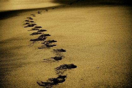 kumdaki ayak izleri