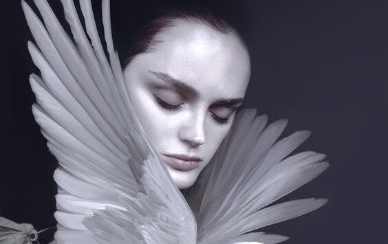 kuş kanatları arasında kadın yüzü