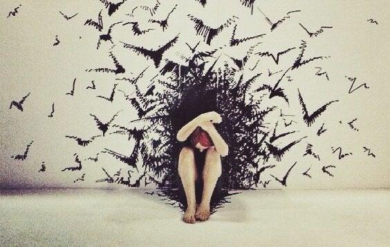 kuşlarla çevrili kadın