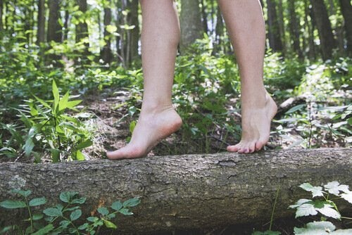 kadın ağaç kütüğü üstünde yürüyor
