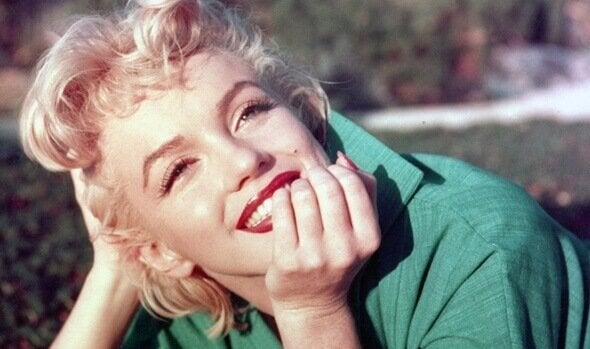 Marilyn Monroe gülümsüyor