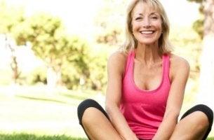 menopoz döneminde spor kıyafetli mutlu kadın
