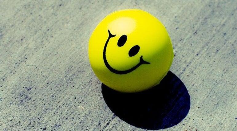 top üstünde mutlu surat