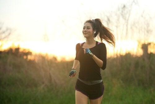 müzik dinleyerek jogging yapan kadın