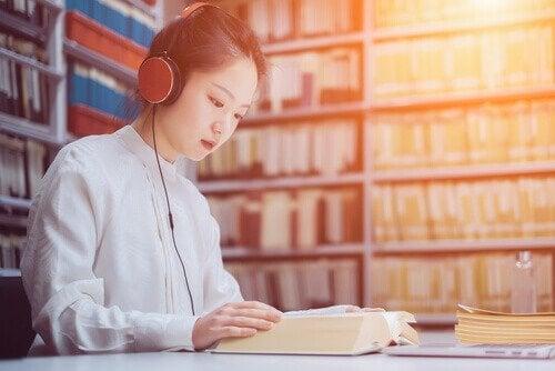 müzik dinleyerek çalışan kız