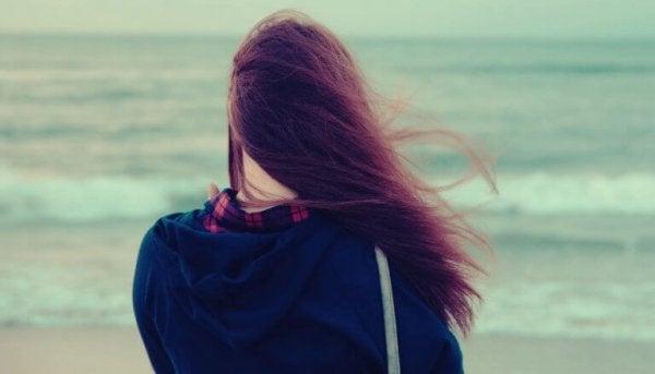 rüzgarlı havada denizi izlemek