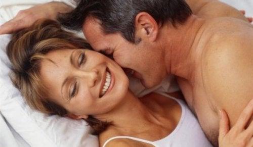 olgun kadın erkek çift yatak
