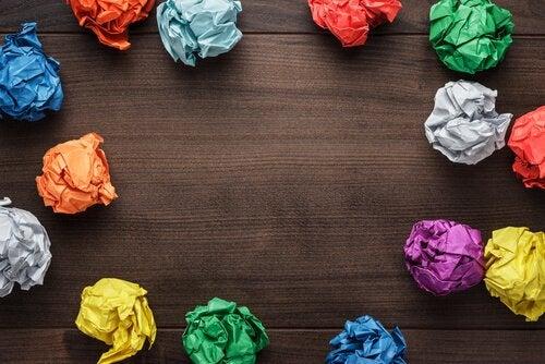 rengarenk buruşuk kağıtlar