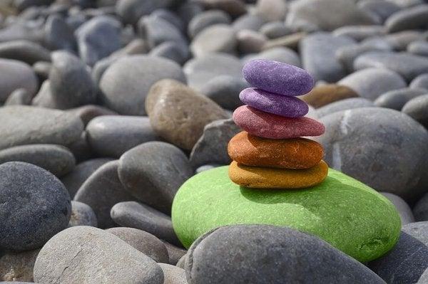 üst üste duran renkli taşlar