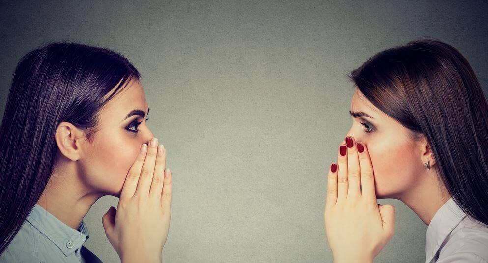 söylentileri yayan iki kadın