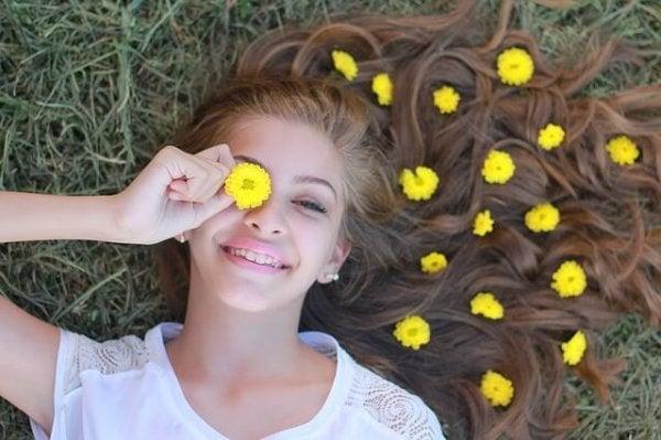 çimlerde yatan kız