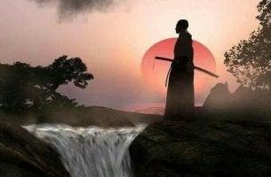 şelalenin yanında duran samuray