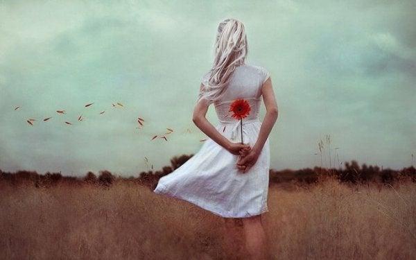 sırtında çiçek olan kadın