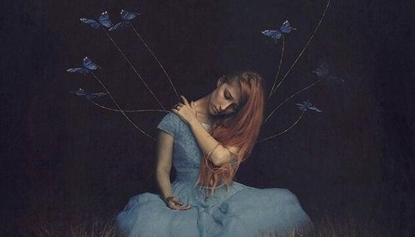 sırtında kelebekler uçan kadın