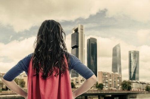 süper kahraman kostümüyle uzaklara bakan kadın