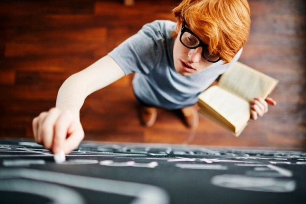 tahtaya yazı yazan çocuk
