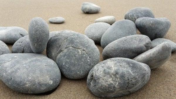 taşlar ve kum