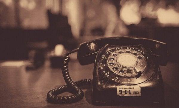 eski bir telefon