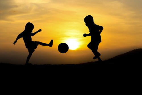 dışarıda top oynayan çocuklar