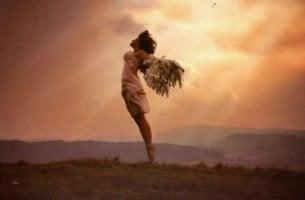 kanatlarıyla uçan kadın