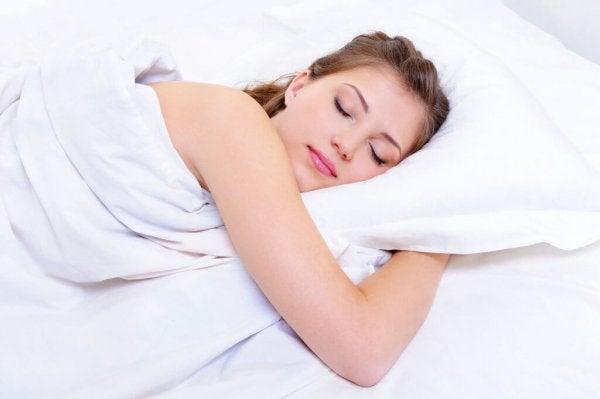kadın mutlu uyuyor