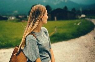 uzaklara bakan sarı saçlı kadın