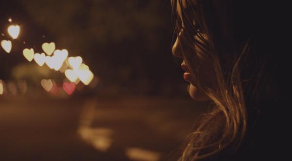 kalp şeklindeki dağılmış ışıklara dönük kız