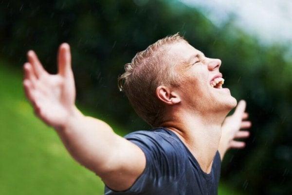 adam yağmurda mutlu