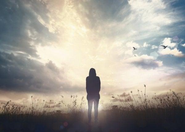 kırda gezen yalnız kadın