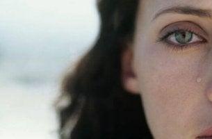 yanaklarında yaş olan bir kadın