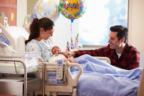 yeni doğan bebek ve ailesi hastane odasında