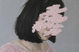 yüzü boyadan görünmeyen kadın