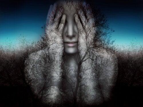 yüzünü kapayan kadın