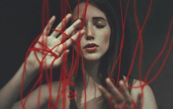 ellerinde ipler olan kadın