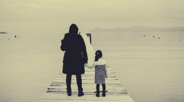 anne kız deniz kenarında