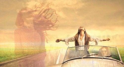 arabada ayakta duran kadın