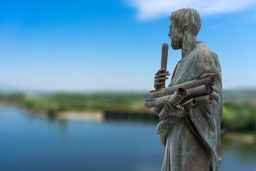 elinde parşömenlerle aristoteles heykeli