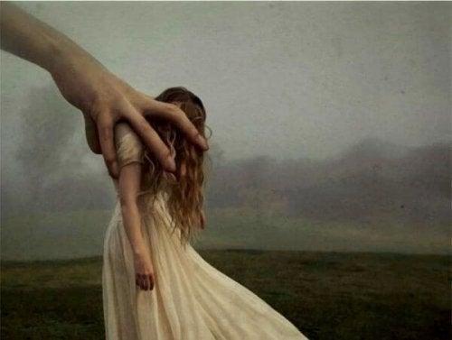 bir el kadın tutuyor