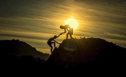 birine yardım eden insan