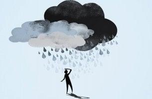 bulut altında bekleyen adam