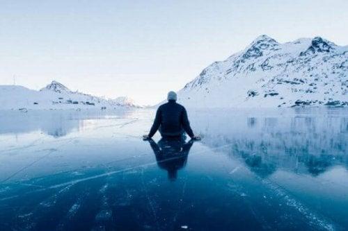 buzda oturan adam