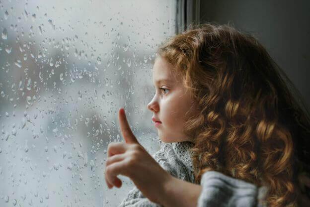 camdan bakan küçük kız çocuğu