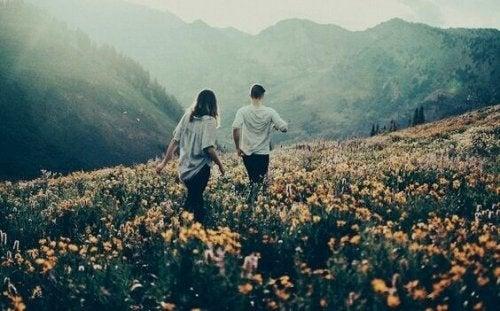çiçek bahçesinde yürüyen çift