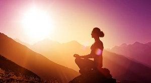 dağ başında meditasyon yapan kadın