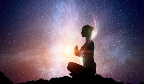 evrene karşı meditasyon yapan kadın