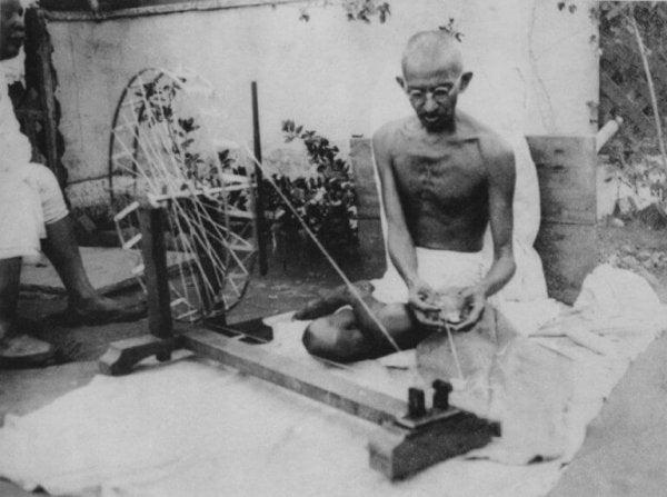 Gandhi ip eğirirken