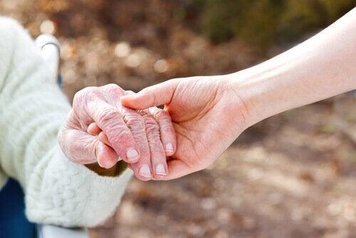 yaşlı bir kadının elini tutmak