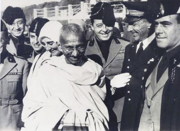 Gandhi ve mutlu insanlar