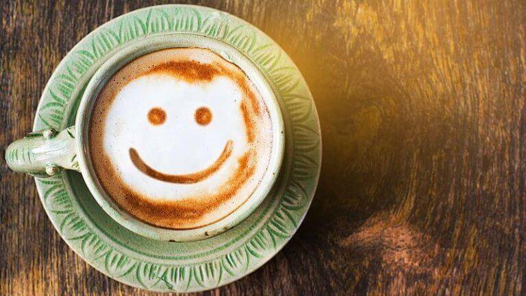 fincanda gülen kahve