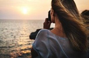 gün batımını izleyen kadın